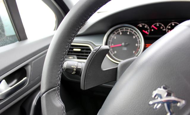 Подрулевые лепестки призваны упростить процесс переключения передач