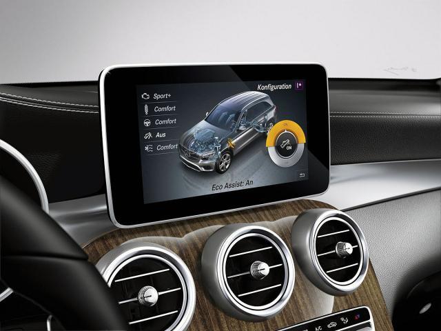 Экран мультимедийной системы и стильная отделка вентиляционных отверстий