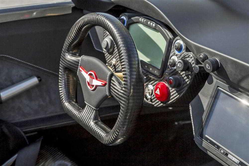 Руль из углеволокна и панель приборов автомобиля Rezvani Beast