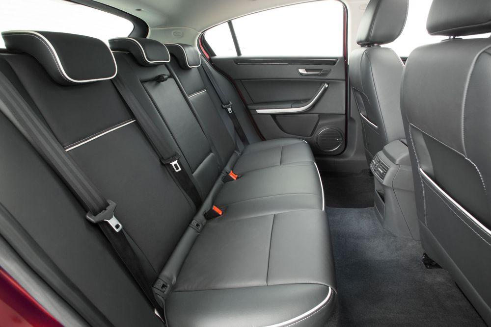 Удобный салон машины (задние сидения)