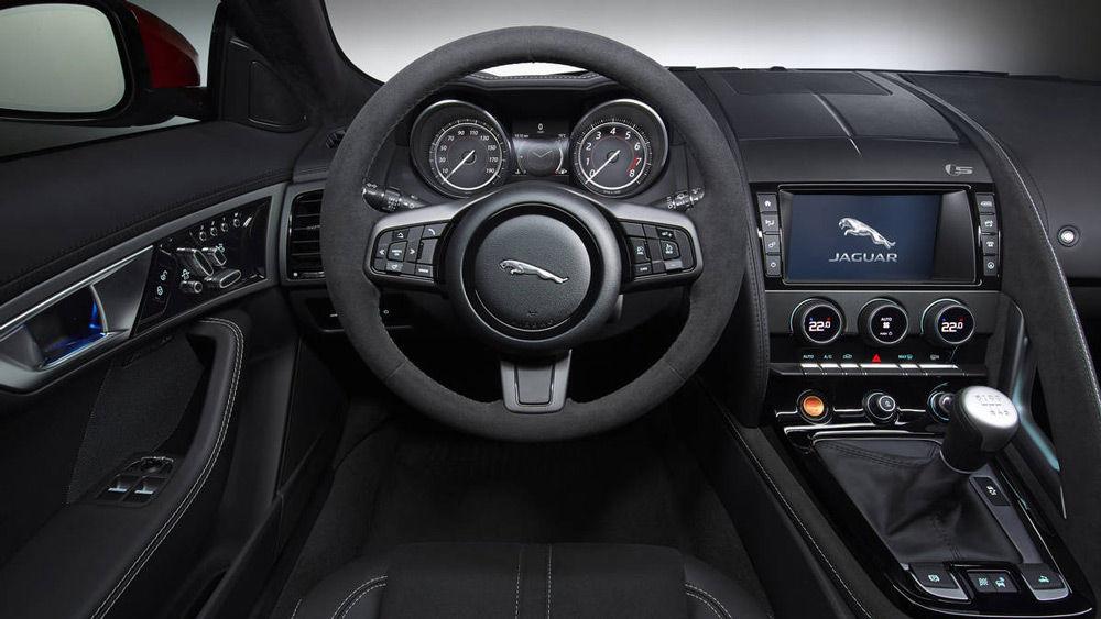 В салоне автомобиляJaguar F-Type S