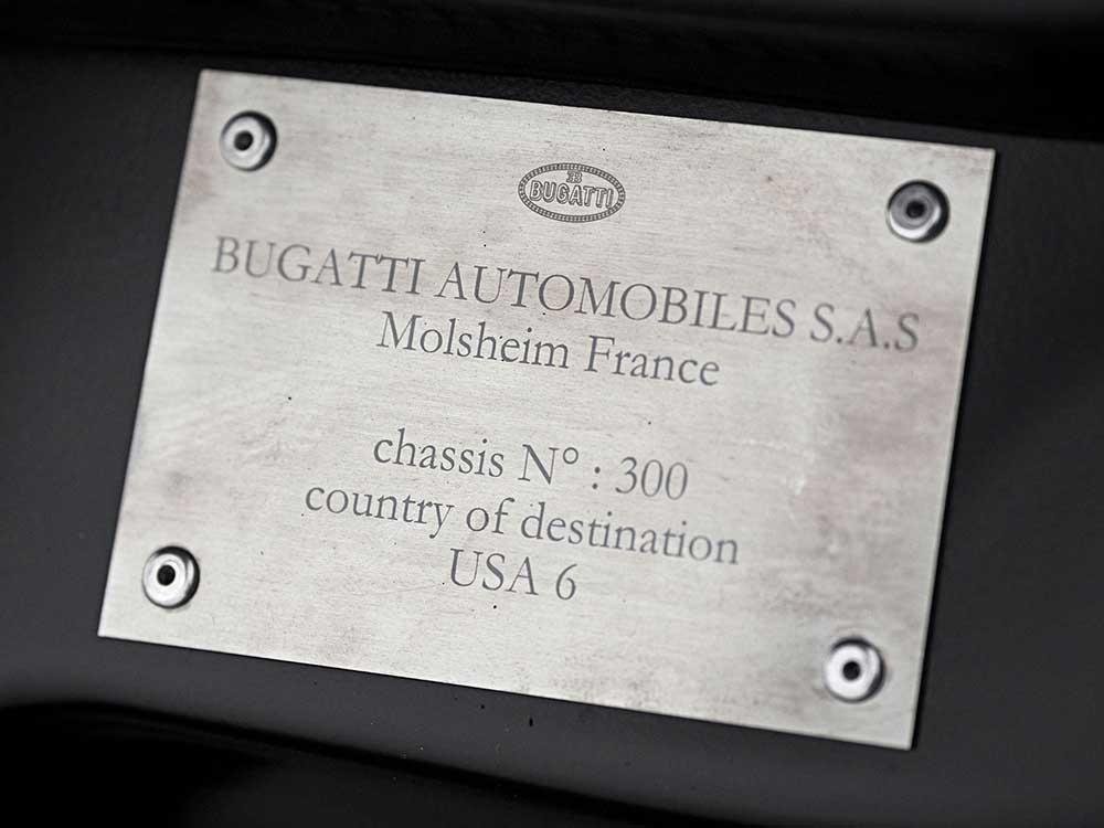 Белый Бугатти Вейрон был последним трёхсотым купе, выпущенным компанией