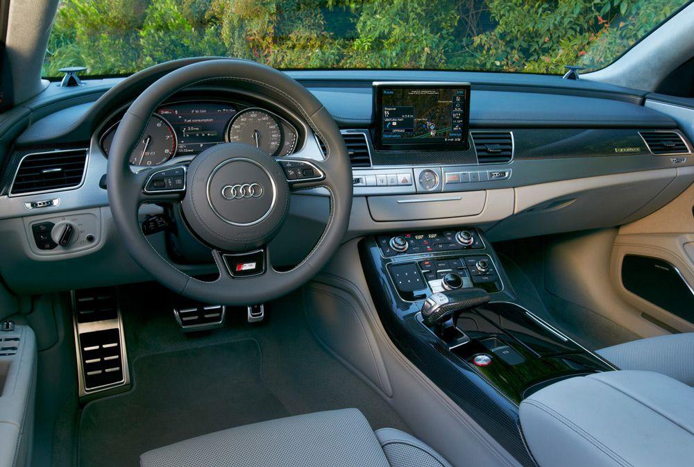 В салоне автомобиляAudi S8 Plus