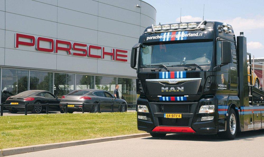 В Нидерландах появились брендированные грузовики, перевозящие модели Порше