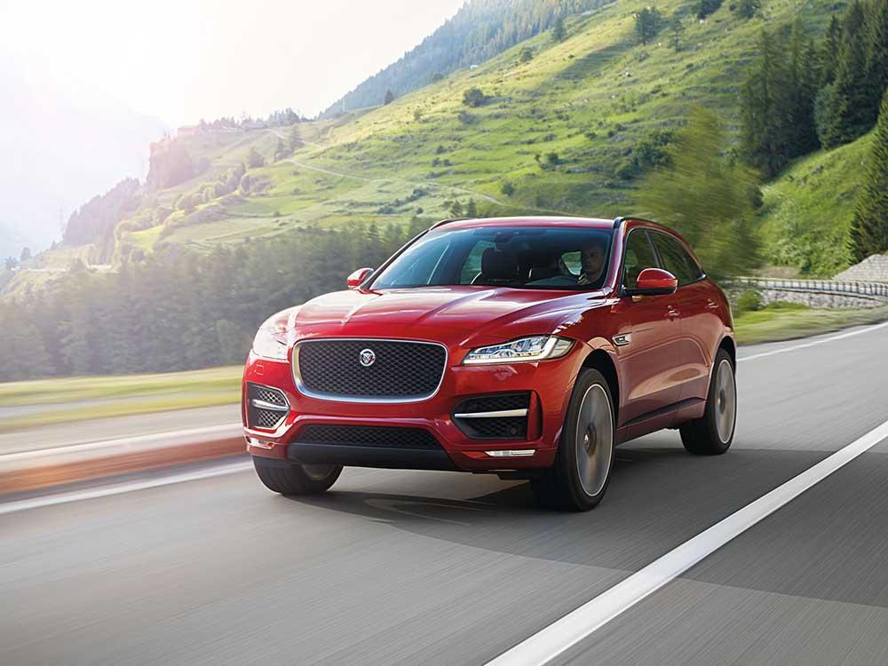 Автомобиль Jaguar F-Pace выглядит очень динамично