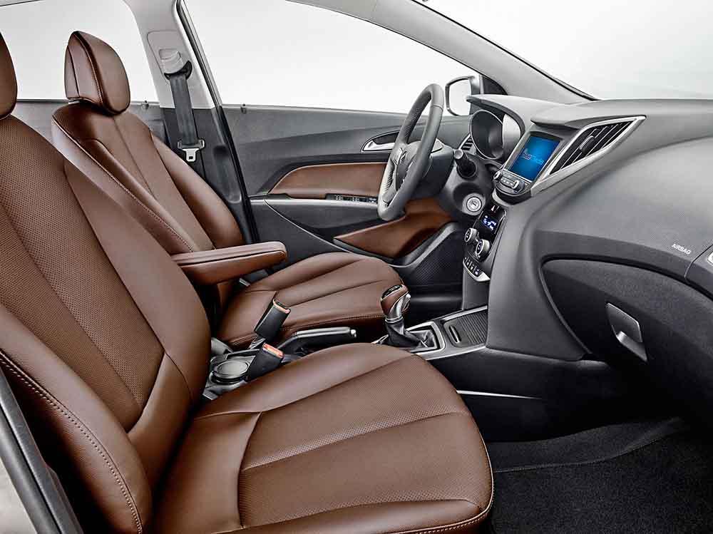 Обивка сидений из коричневой кожи доступна за дополнительную плату