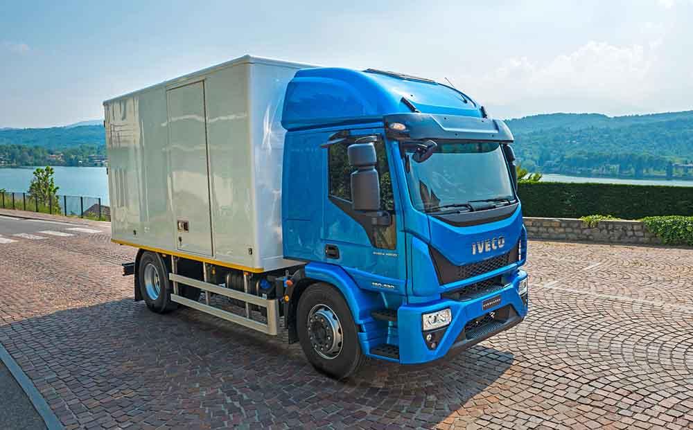Транспортировка грузов по большому городу — основное предназначение машины