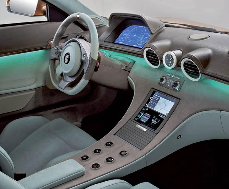 Современная цифровая панель в салоне купе