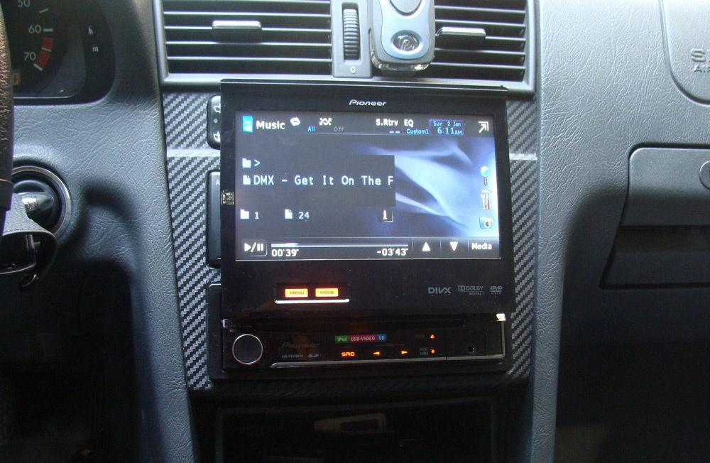 Автомагнитола с выдвижным экраном в автомобиле