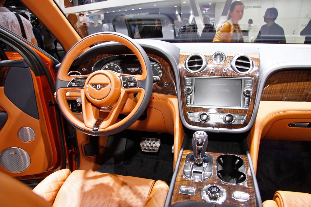 Салон машины сделан дорогим и комфортным