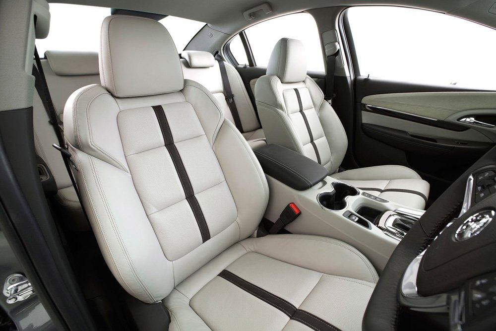 Салон авто сделан стильным и роскошным