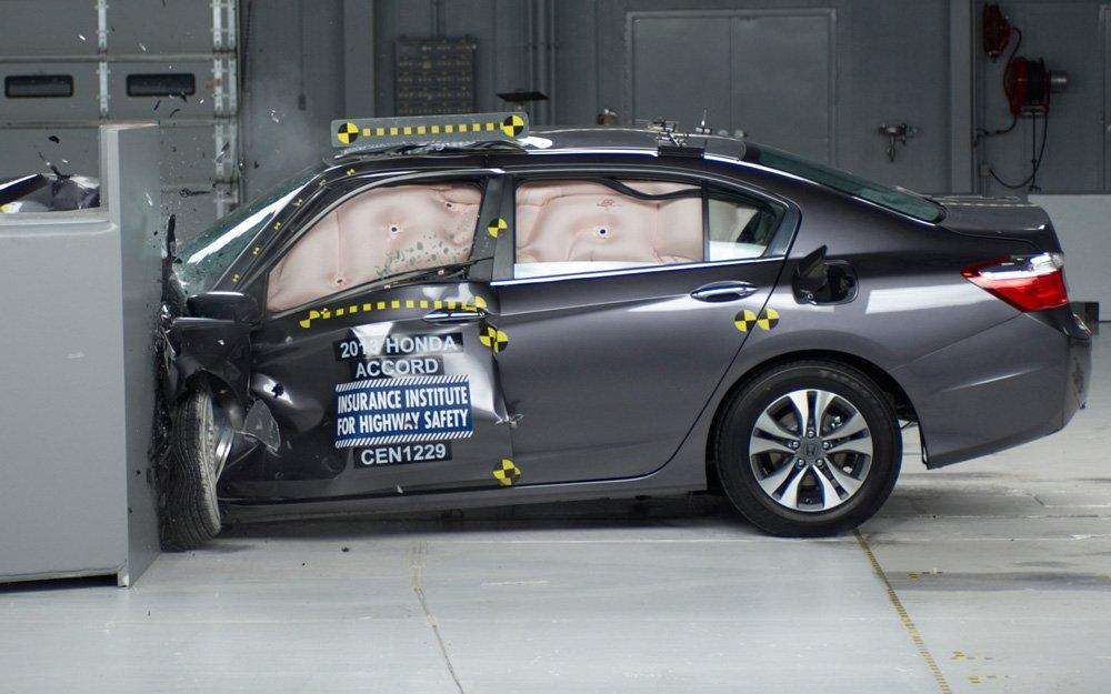 Наличие экстренного тормоза необходимо для того, чтобы авто набрало максимум в ходе краш-тестов