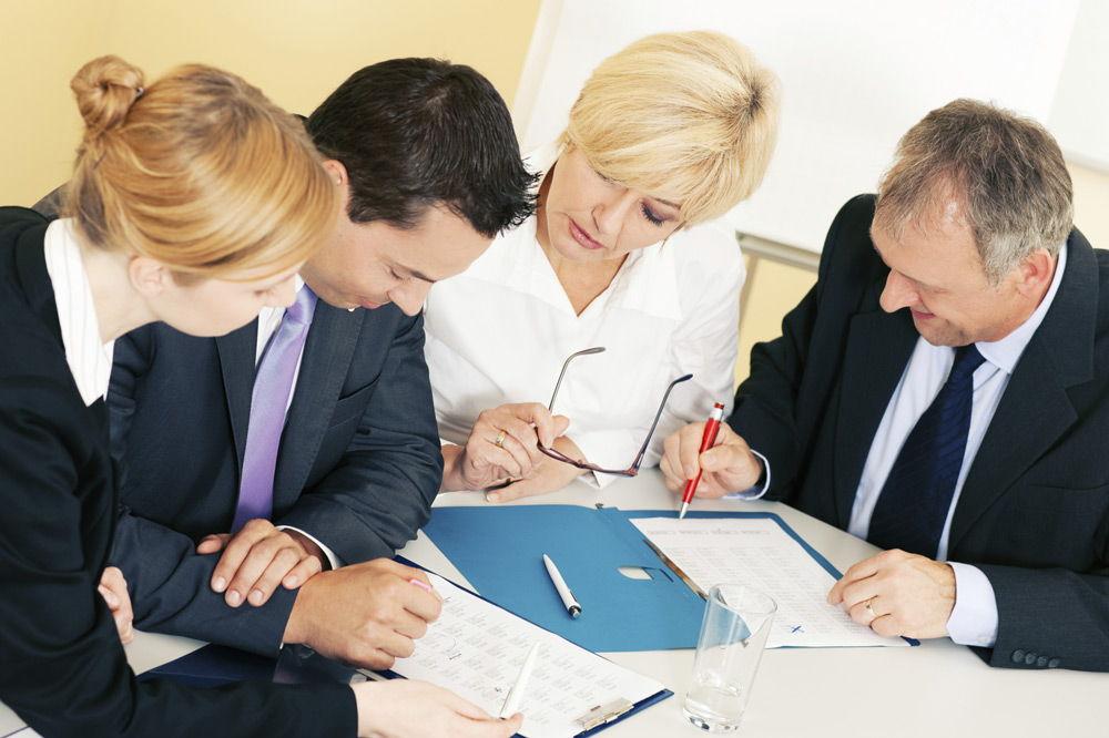Юристы изучают документацию