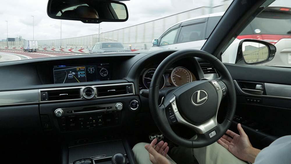 Автопилот полностью управляет рулём, тормозами, акселератором