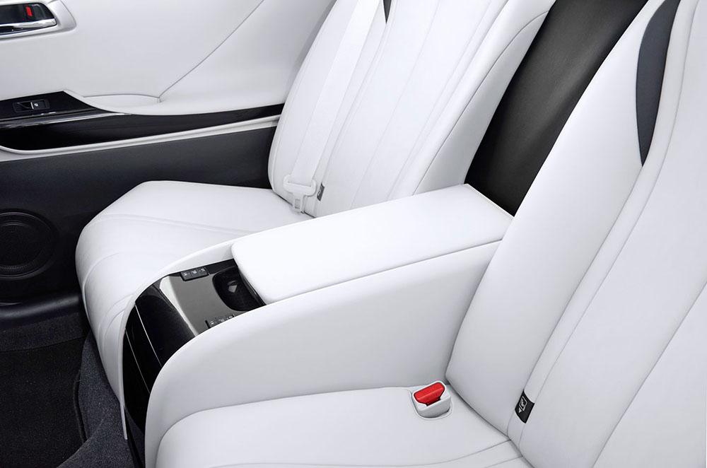 К белой обивке салона автомобиля Toyota Mirai страшно притрагиваться из-за боязни её запачкать