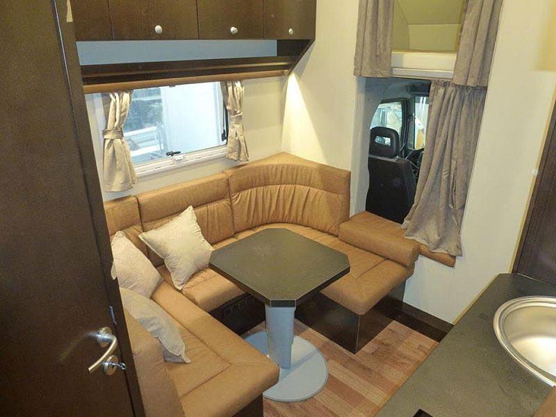 К спальному месту над кабиной и автодому в фургоне можно добраться через проход между сиденьями