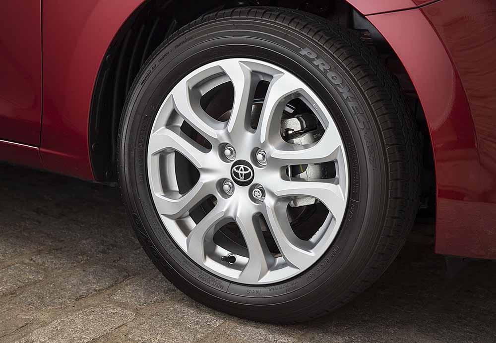 У машин одинаковый дизайн колёсных дисков