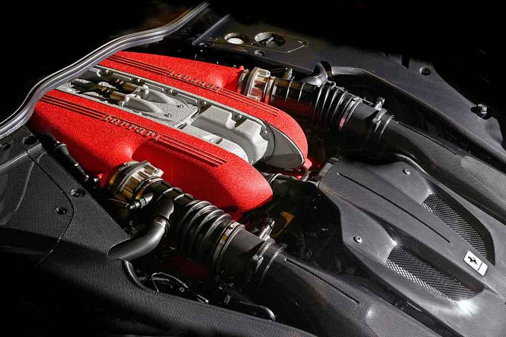 Под капотом спорткара мощный силовой агрегат