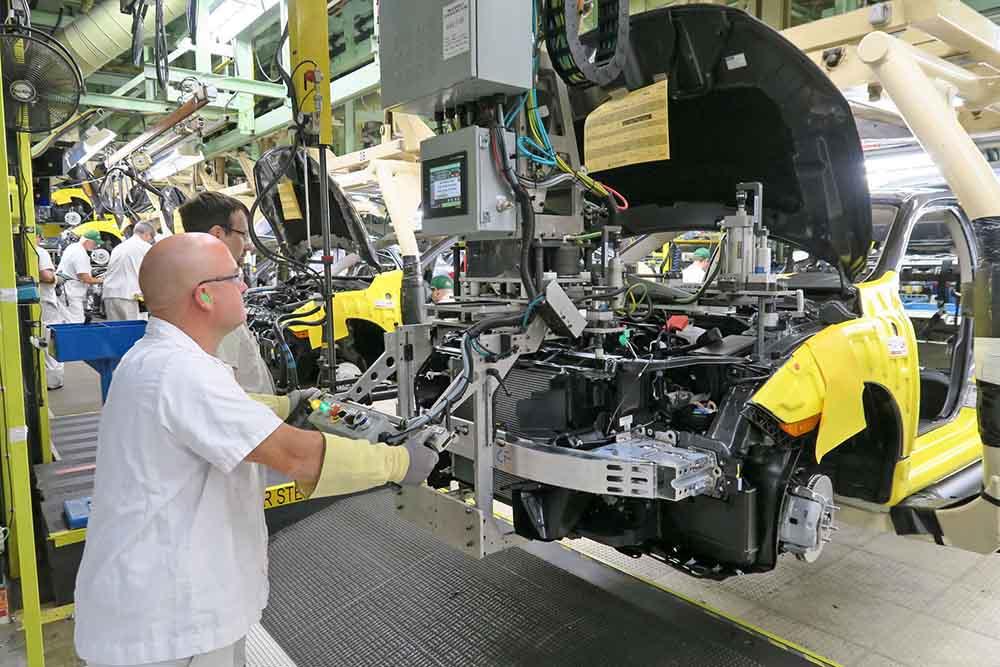 Проверка турбодвигателя в сборочном цеху