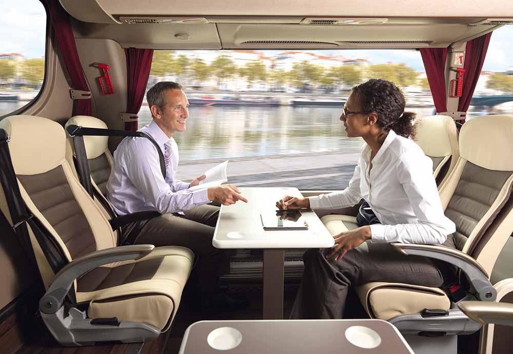 Сиденья можно установить друг напротив друга и разместить столик посередине