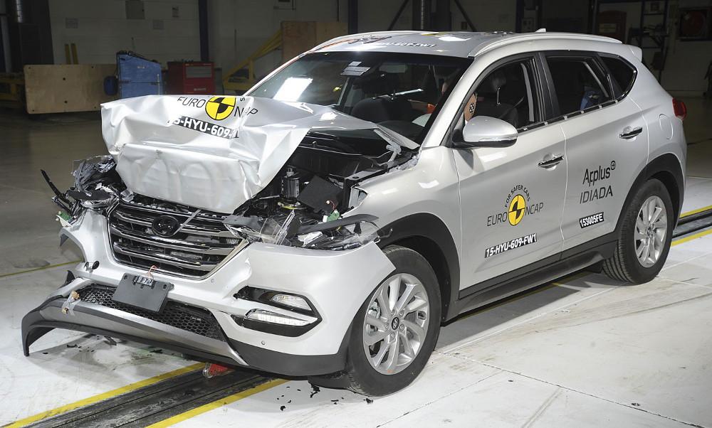 Hyundai достойно выдержал столкновения с различными препятствиями