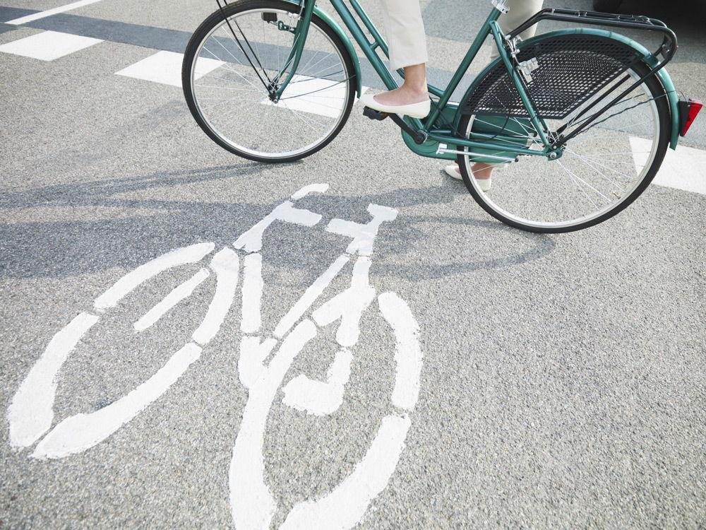 Велосипедист на велодорожке