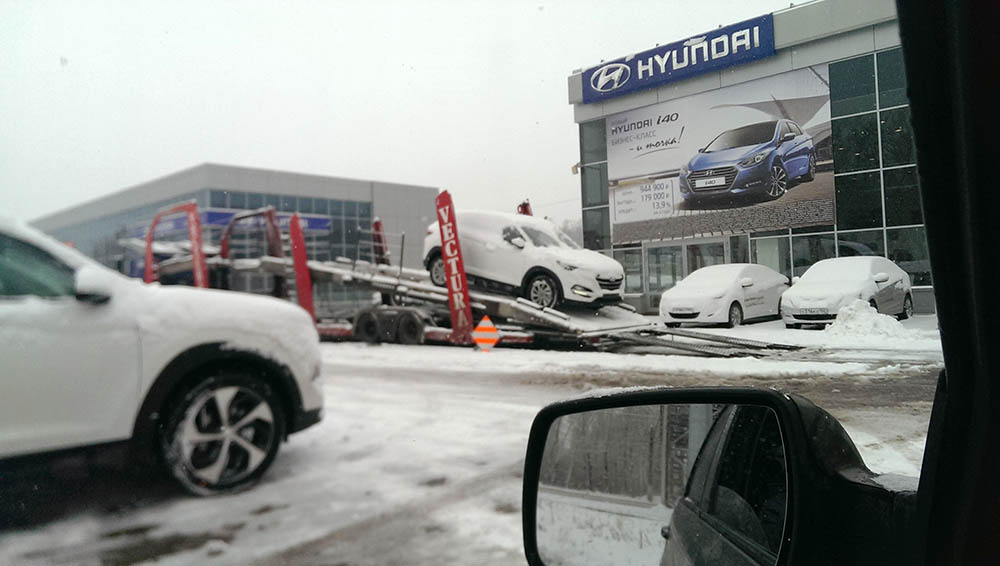 Две новых модели кроссовера 2016 модельного года разгрузил у себя на площадке один из российских автодилеров