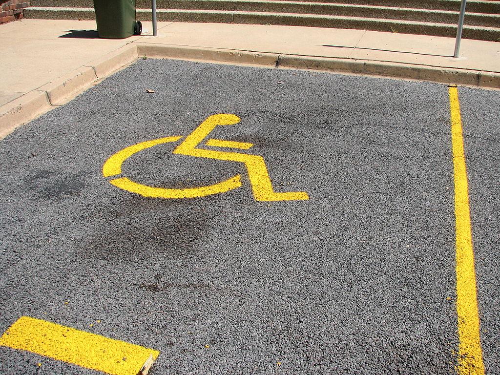 Парковка для инвалидов под углом