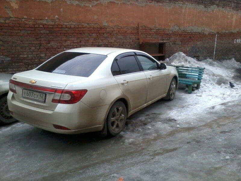 Припаркованный во дворе автомобиль