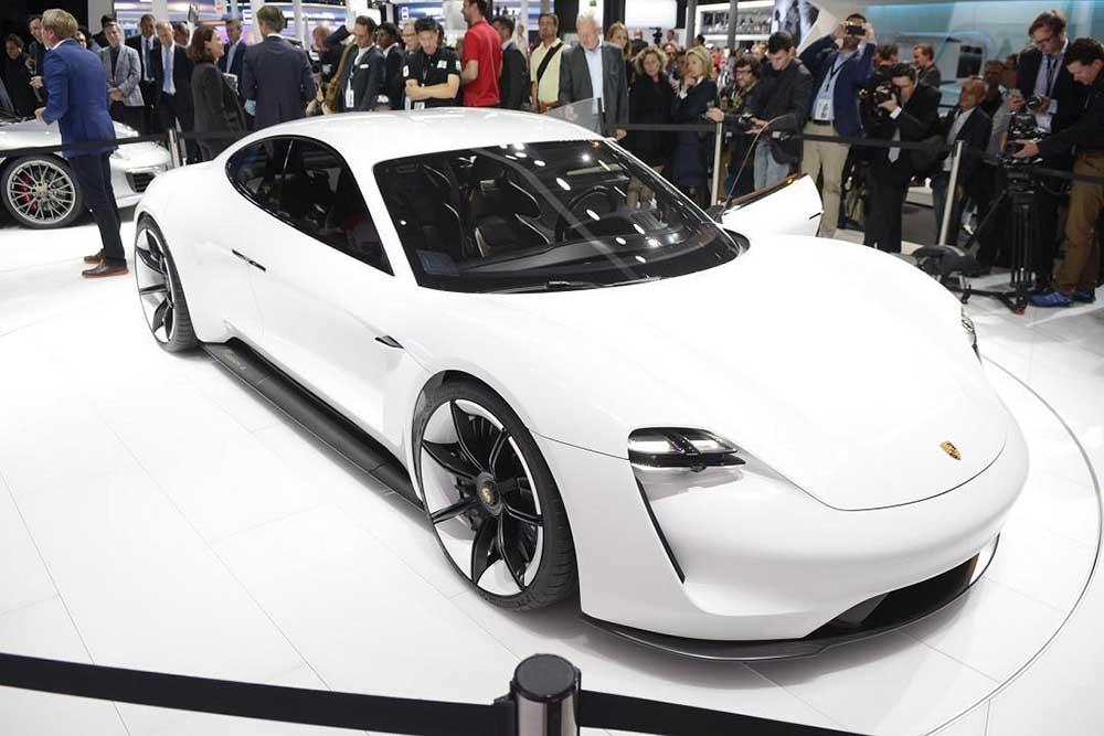 Серийная модель на базе концепта Mission E появится в 2020 году
