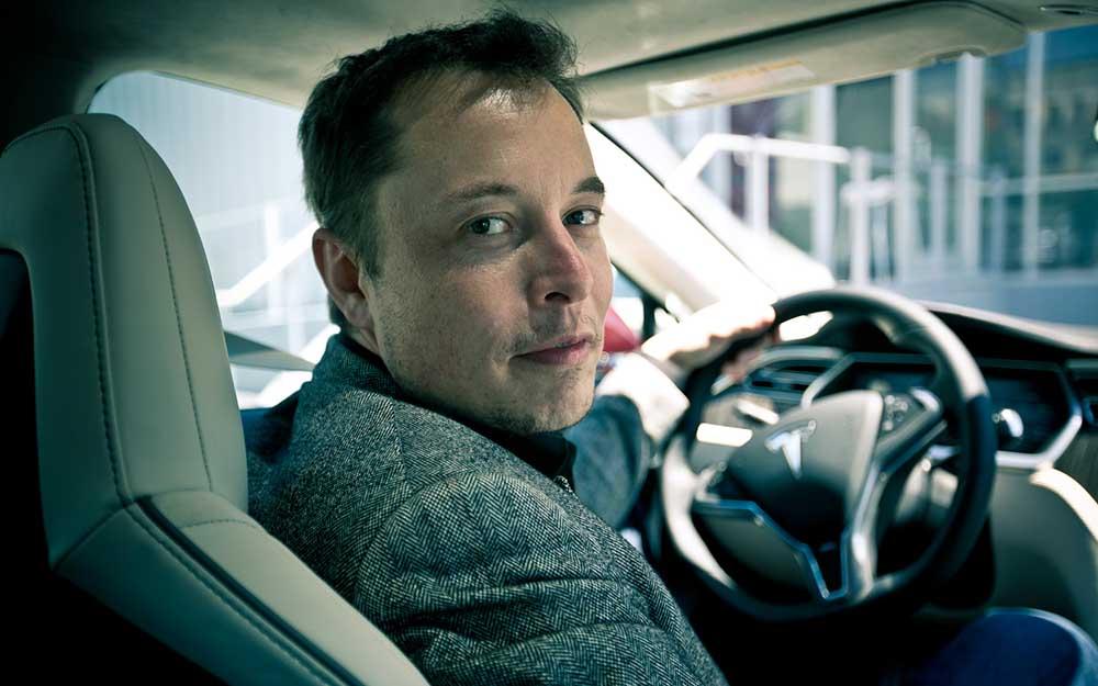 Элон Маск за рулём Tesla Model S
