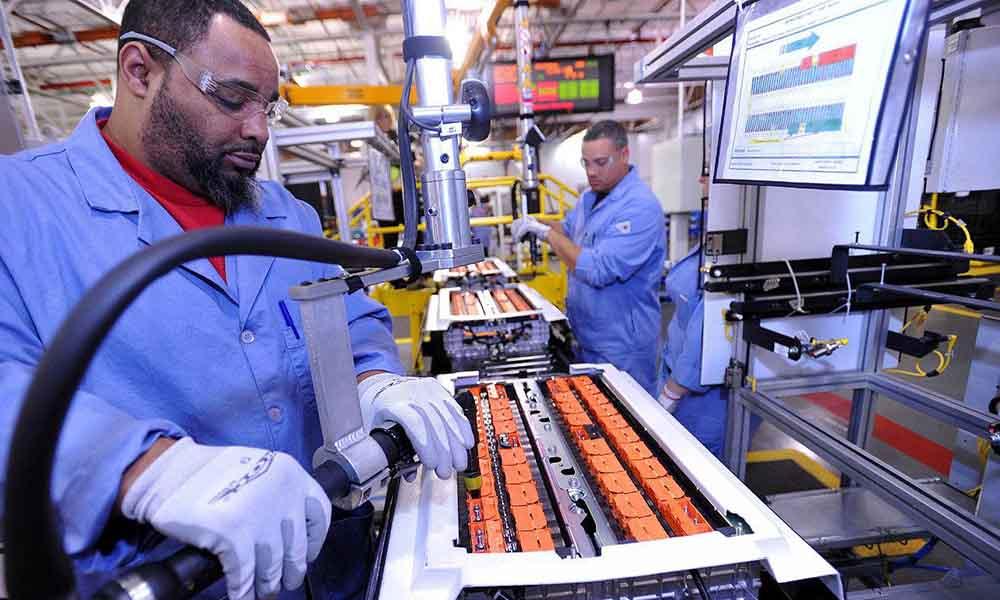 Сборка аккумуляторных батарей на предприятии Ford