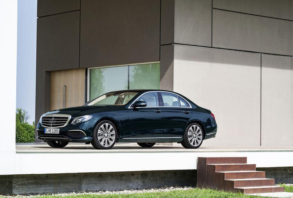 Длинный капот и огромный колёса формируют стиль авто Mercedes-Benz E-класса