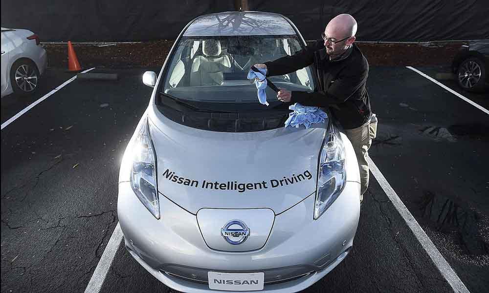 Nissan Leaf с тестируемой системой автоматической парковки во время предварительного показа автономных транспортных средств альянса Renault-Nissan в Саннивейл, Калифорния