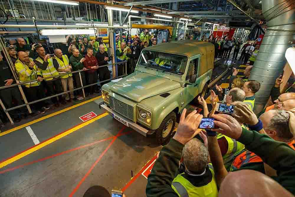 Последний классический Defender был построен на заводе Land Rover в Англии