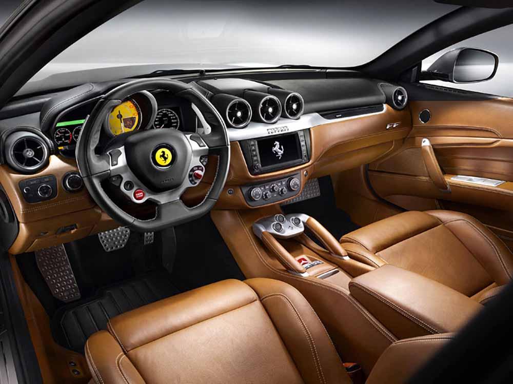 Роскошно отделанный салон авто