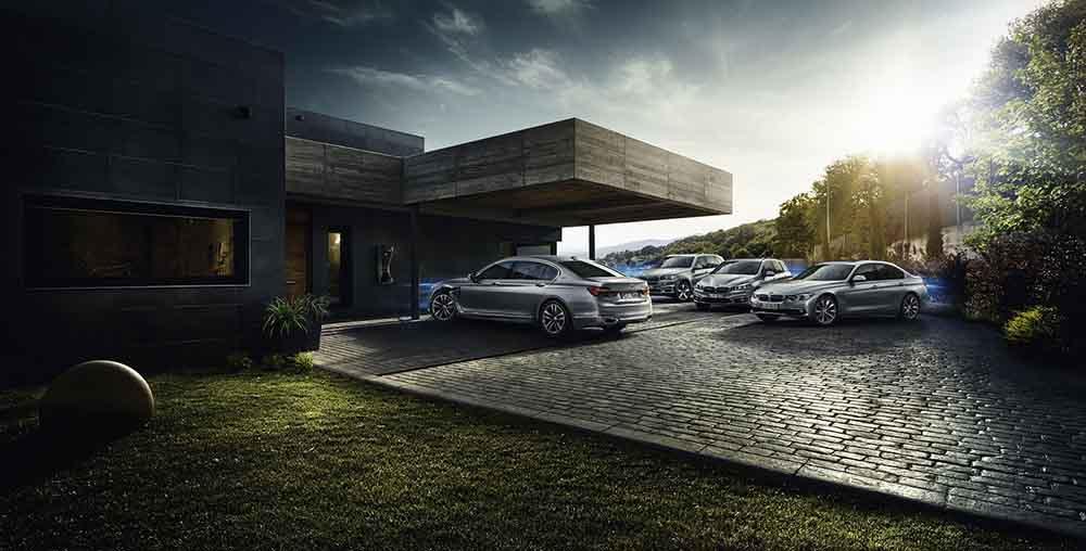 Автомобили версии BMW 740e на зарядной станции