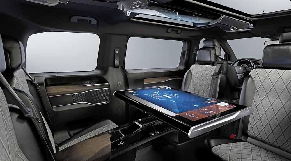 В пассажирском салоне гигантский дисплей, которым одновременно могут пользоваться четыре пассажира