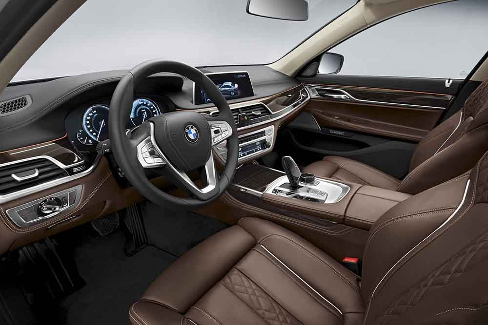 В салоне новинки BMW 740e