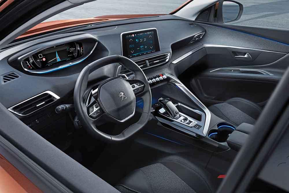 Передняя панель Peugeot 3008 с цифровой приборной доской и мультимедийной системой