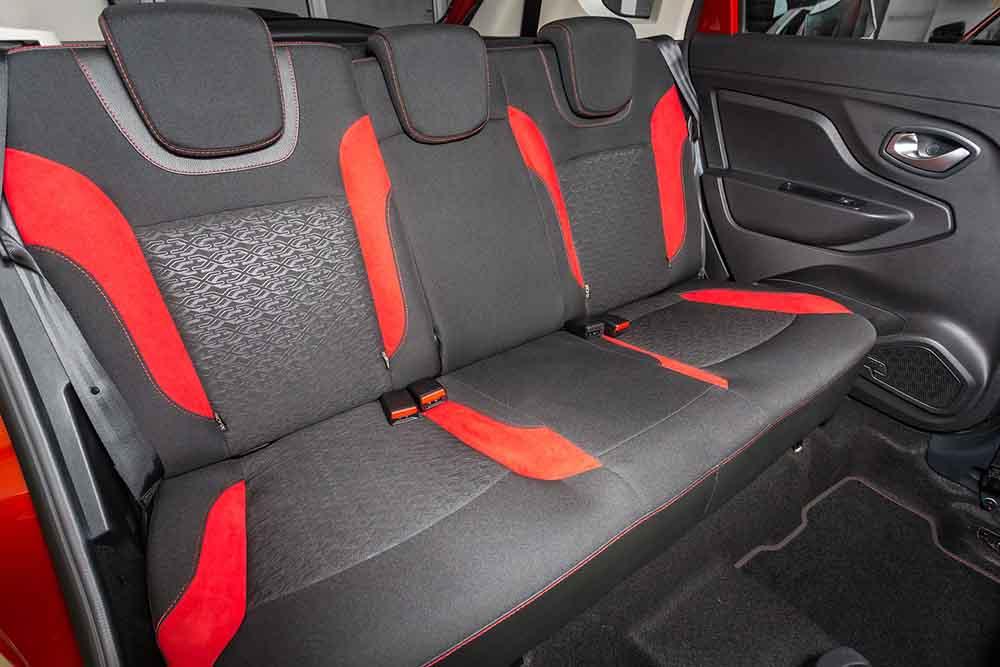 Интерьер выполнен в чёрном цвете с наличием элементов красного цвета