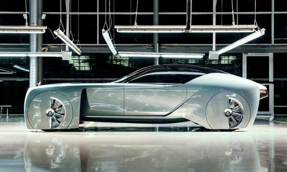Rolls-Royce Vision Next 100 отделан в нижней своей части с внешней стороны материалом Crystal Water, что придаёт автомобилю вид, как будто он сделан плавучим