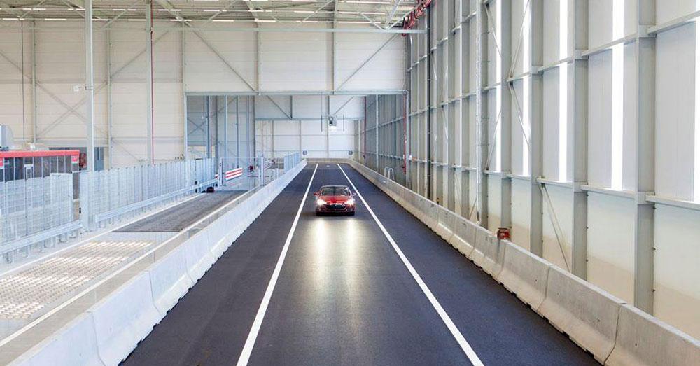Электромобиль на скоростном испытании