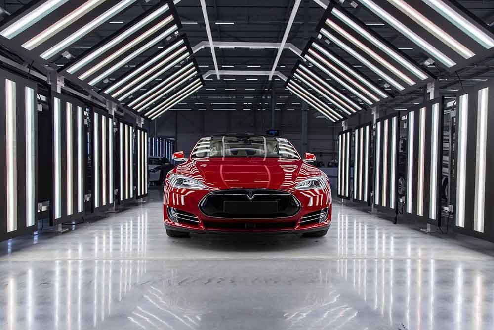 Model S на одном из завершающих этапов сборки