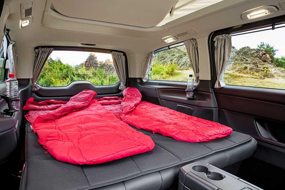Заднее сиденье можно легко преобразовать в удобную кровать