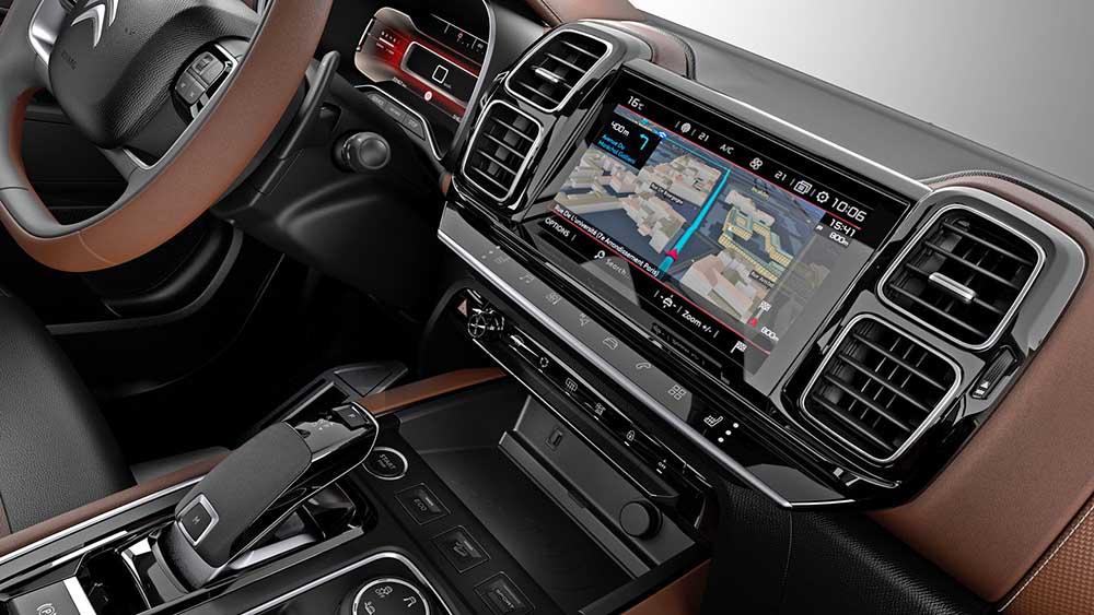 Экран мультимедиа эффектно встроен в переднюю панель