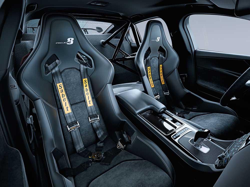 Гоночные сиденья с четырёхточечными ремнями безопасности