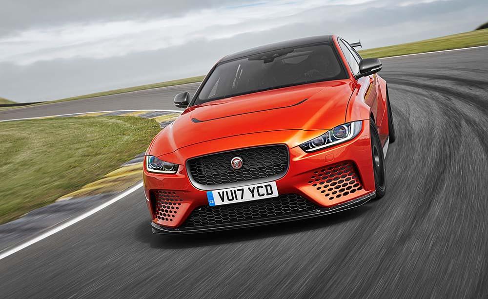 Jaguar XE SV Project 8 на гоночной трассе