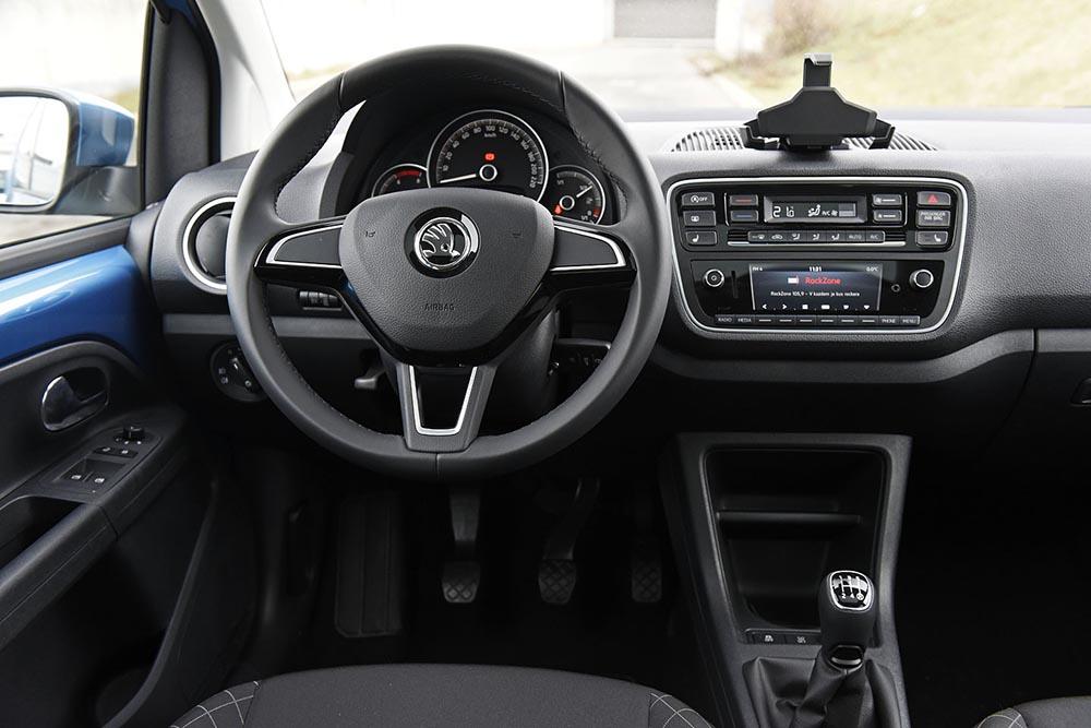 Передняя панель с места водителя