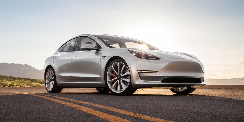 Электромобиль Tesla Model 3 на дороге